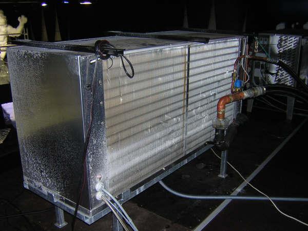 verdamper blaast koude lucht in de ruimte